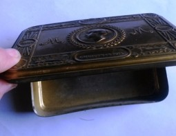 Fred Negus tobacco box open